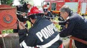 Pompierii au intervenit rapid pentru a salva o femeie căzută într-o fântână adâncă de 10 metri în localitatea Dichiseni